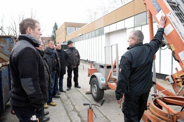 Herr Schröder schulte zu Details zu den Schrägbauaufzügen
