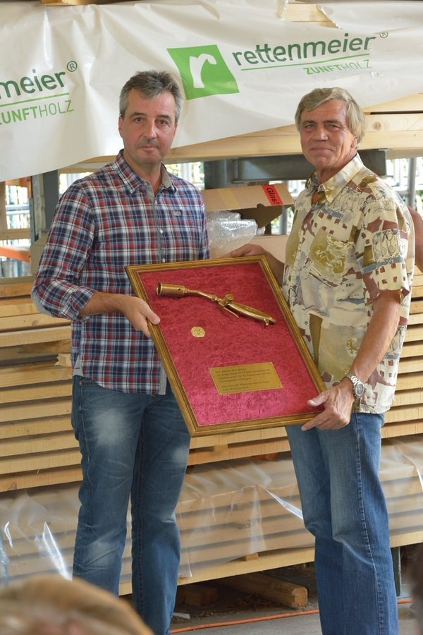 Im Zuge der Feierlichkeiten fand auch die Verabschiedung unseres langjährigen Mitarbeiters Detlef Männel statt, der nach 37 Jahren Flachdach mit dem goldenen Brenner ausgezeichnet wurde.